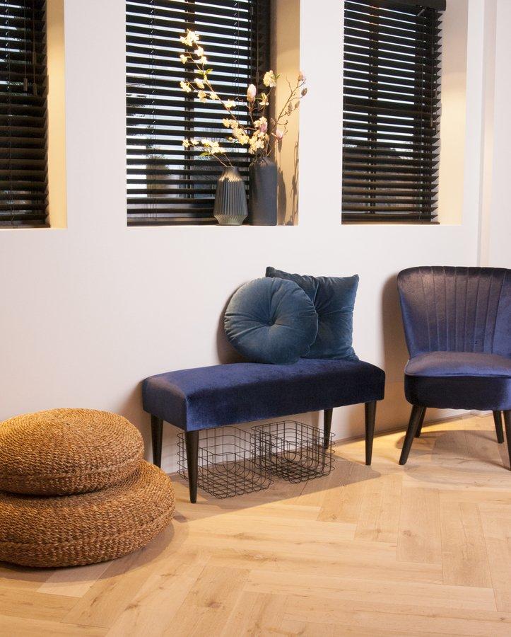 På billedet ser du et stemningsbillede (#1) fra Bænk, Luxurious fra brandet Present Time i en størrelse H: 45 cm. B: 40 cm. L: 80 cm. i farven Mørkeblå