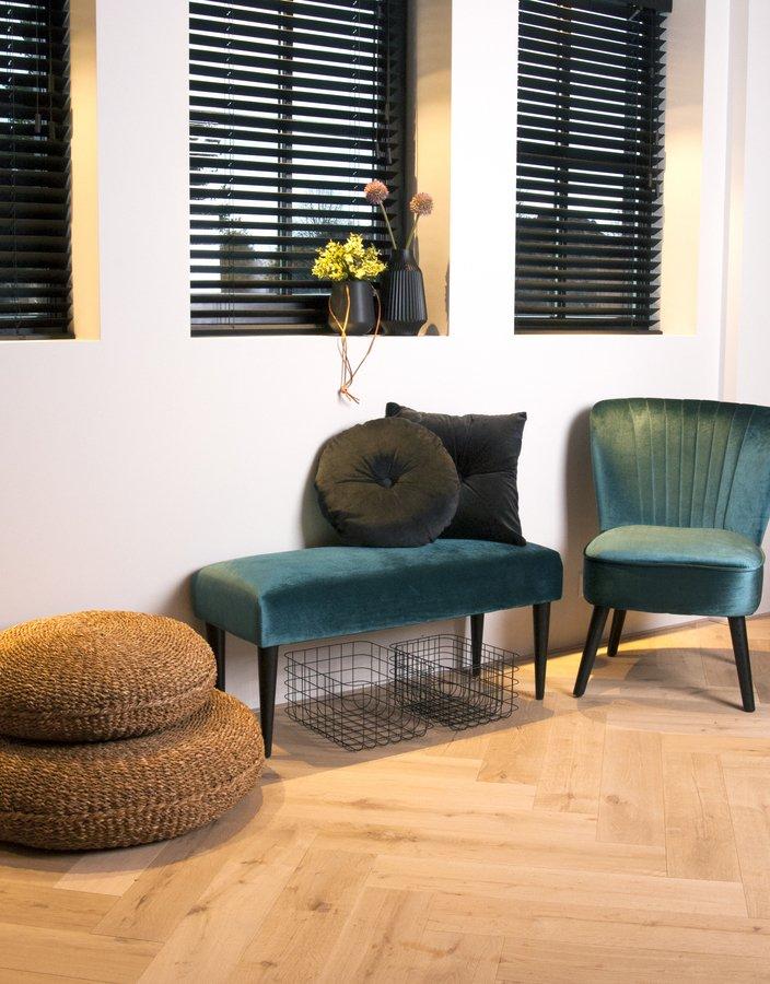 På billedet ser du et stemningsbillede (#1) fra Bænk, Luxurious fra brandet Present Time i en størrelse H: 45 cm. B: 40 cm. L: 80 cm. i farven Mørkegrøn