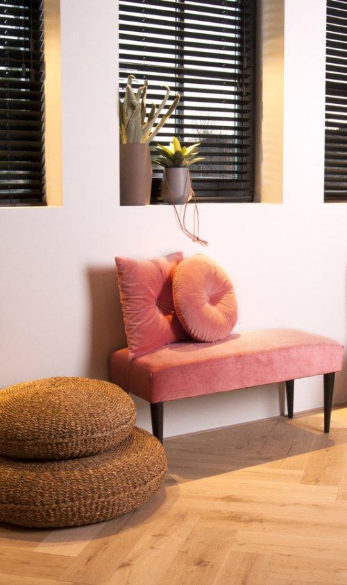 På billedet ser du et stemningsbillede (#2) fra Bænk, Luxurious fra brandet Present Time i en størrelse H: 45 cm. B: 40 cm. L: 80 cm. i farven Rosa