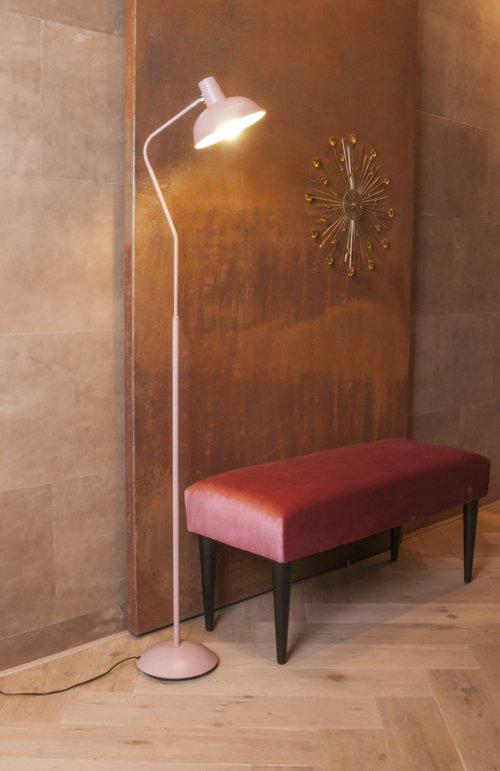 På billedet ser du et stemningsbillede (#3) fra Bænk, Luxurious fra brandet Present Time i en størrelse H: 45 cm. B: 40 cm. L: 80 cm. i farven Rosa