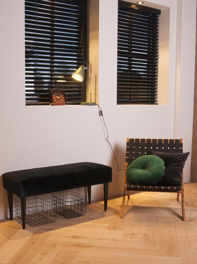 På billedet ser du et stemningsbillede (#1) fra Bænk, Luxurious fra brandet Present Time i en størrelse H: 45 cm. B: 40 cm. L: 80 cm. i farven Sort