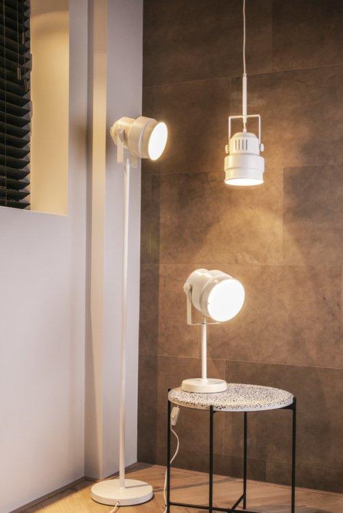 På billedet ser du et stemningsbillede (#2) fra Hængelamper, Studio fra brandet Present Time i en størrelse D: 15 cm. H: 18 cm. i farven Mat Hvid