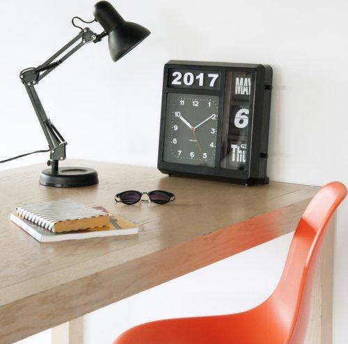 På billedet ser du et stemningsbillede (#2) fra Bord/Vægur, Flip fra brandet Present Time i en størrelse H: 33 cm. B: 10 cm. L: 32 cm. i farven Sort