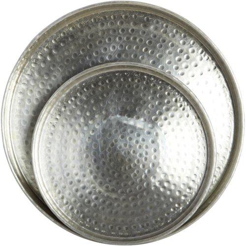 På billedet ser du variationen Evy, Bakke fra brandet House Doctor i en størrelse S: D: 30 cm. x H: 3 cm. x L: D: 43 cm. x H: 4 cm. i farven Aluminium