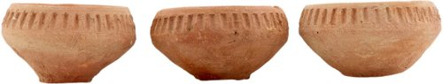 På billedet ser du variationen Fyrfadsstage, Clay by hand fra brandet House Doctor i en størrelse D: 7 cm. x H: 3,5 cm. i farven Lysebrun