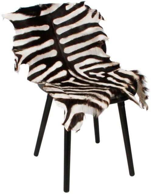 På billedet ser du Gedeskind, Zebra print. fra brandet Preform i en størrelse B: 60 cm. L: 100 cm. i farven Sort/Hvid