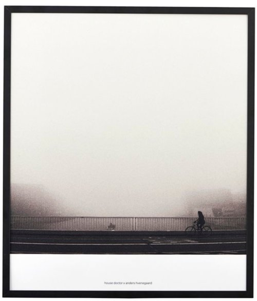 På billedet ser du variationen Illustration, Places 01, By anders hvenegaard fra brandet House Doctor i en størrelse 32 x 37 cm. i farven Sort