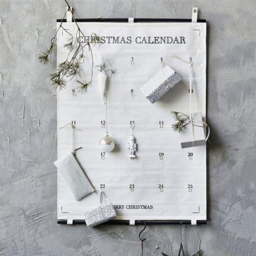På billedet ser du variationen Kalender, 25 days till christmas fra brandet House Doctor i en størrelse 75 x 100 cm. i farven Hvid