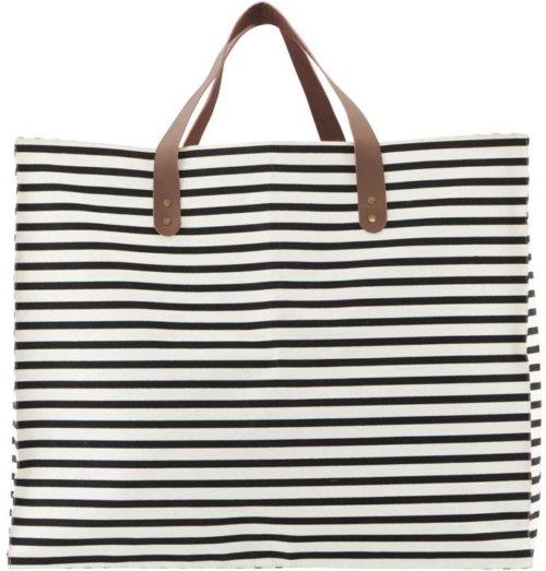 På billedet ser du variationen Opbevaring/taske, Stripes fra brandet House Doctor i en størrelse 58 x 32 cm. x H: 48 cm. i farven Sort/Hvid