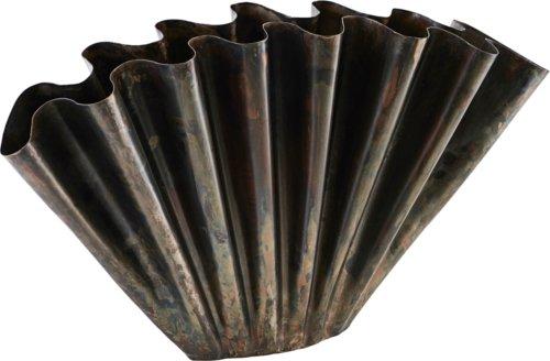 På billedet ser du variationen Vase, Flood fra brandet House Doctor i en størrelse H: 30 cm. B: 11 cm. L: 53,4 cm. i farven Antik Brun