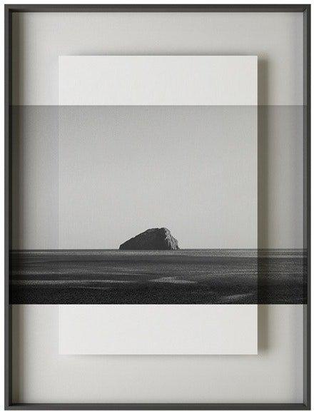 På billedet ser du variationen Simple art stone, Illustration m. ramme fra brandet House of Sander i en størrelse H: 3 cm. B: 60 cm. L: 90 cm. i farven Hvid/Sort