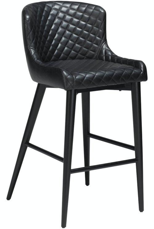 På billedet ser du variationen Vetro, Barstol, Kunstlæder fra brandet DAN-FORM Denmark i en størrelse H: 98 cm. B: 45 cm. i farven Sort