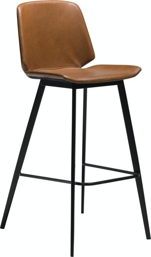 På billedet ser du variationen Swing, Barstol, Kunstlæder fra brandet DAN-FORM Denmark i en størrelse H: 105 cm. B: 47 cm. i farven Brun/Sort