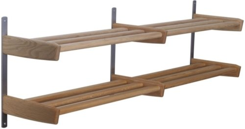 På billedet ser du variationen Meja, Væghængt skohylde, Træ fra brandet Oscarssons Möbel i en størrelse 2-plan i farven Lakeret egetræ