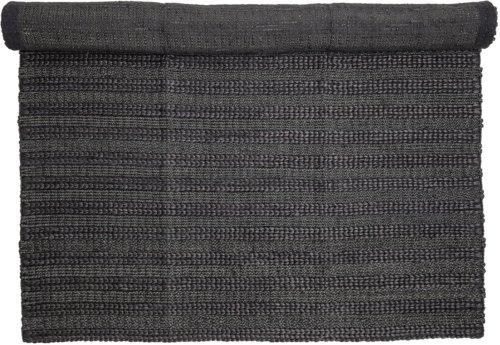 På billedet ser du variationen Nordic, Tæppe, Granfarvet, Jute fra brandet Bloomingville i en størrelse B: 150 cm. L: 210 cm. i farven Sort