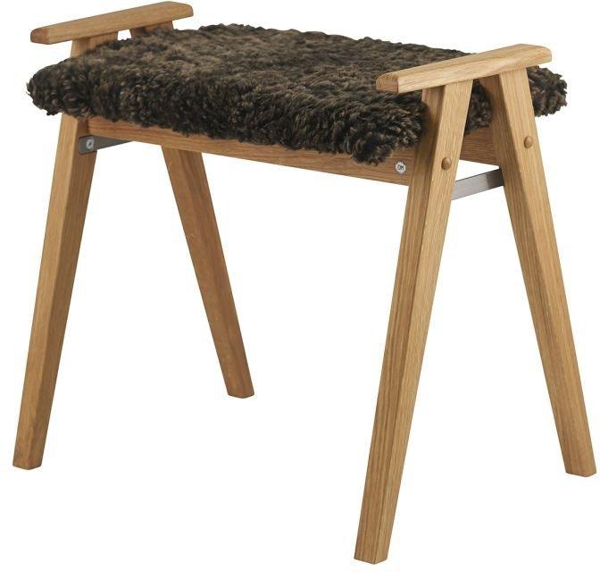 Billede af Alme, Skammel med fåreskind, Træ by Oscarssons Möbel (Ægte fåreskind brun, Lakeret egetræ)