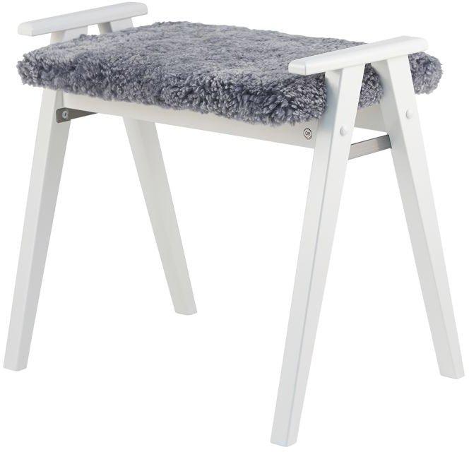 Billede af Alme, Skammel med fåreskind, Træ by Oscarssons Möbel (Ægte fåreskind lysegrå, Hvidlakeret massiv birketræ)