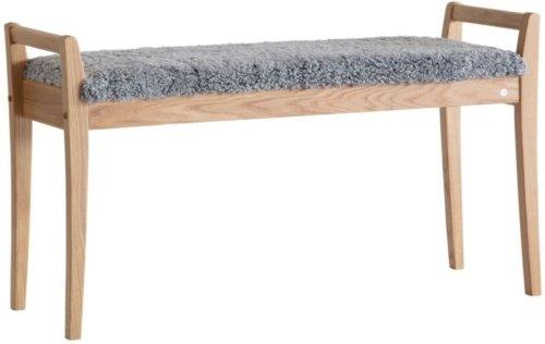 På billedet ser du variationen Meja, Bænk med fåreskind, Træ fra brandet Oscarssons Möbel i en størrelse Lakeret egetræ i farven Ægte fåreskind lysegrå