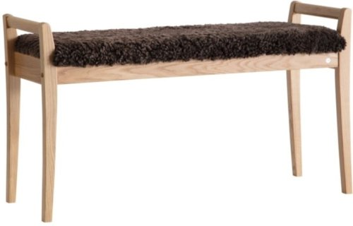På billedet ser du variationen Meja, Bænk med fåreskind, Træ fra brandet Oscarssons Möbel i en størrelse Lakeret egetræ i farven Ægte fåreskind brun