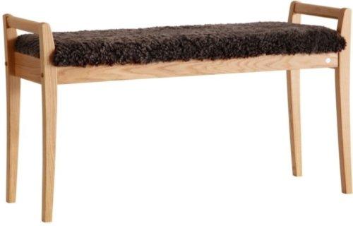 På billedet ser du variationen Meja, Bænk med fåreskind, Træ fra brandet Oscarssons Möbel i en størrelse Olieret egetræ i farven Ægte fåreskind brun