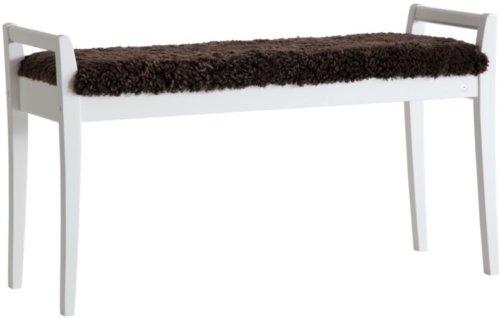 På billedet ser du variationen Meja, Bænk med fåreskind, Træ fra brandet Oscarssons Möbel i en størrelse Hvidlakeret massiv birketræ i farven Ægte fåreskind brun