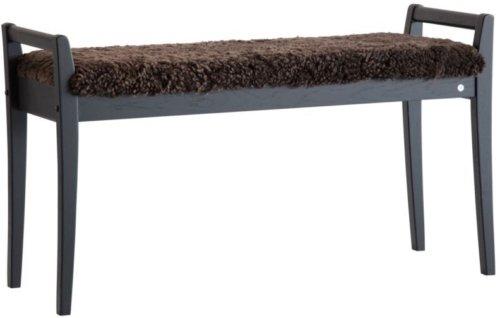 På billedet ser du variationen Meja, Bænk med fåreskind, Træ fra brandet Oscarssons Möbel i en størrelse Sortbejdset egetræ i farven Ægte fåreskind brun