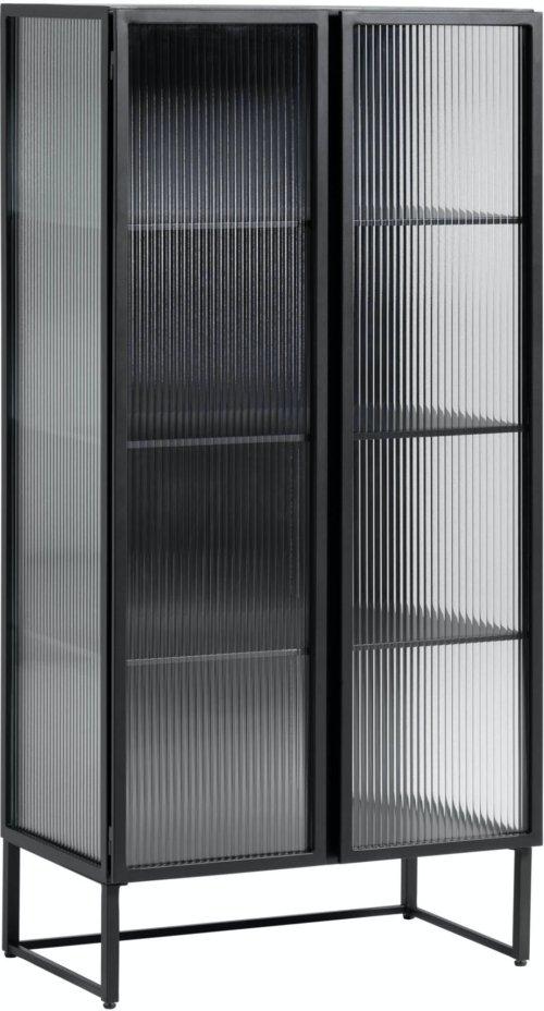 På billedet ser du variationen Trixie, Vitrineskab, Glas/metal fra brandet LaForma i en størrelse H: 143 cm. B: 70 cm. L: 41 cm. i farven Sort/klar