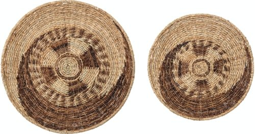 På billedet ser du variationen Ossi, Vægdekoration, Bankuan græs (Sæt á 2 stk.) fra brandet Creative Collection i en størrelse D: 61 cm. H: 7,5 cm. i farven Natur