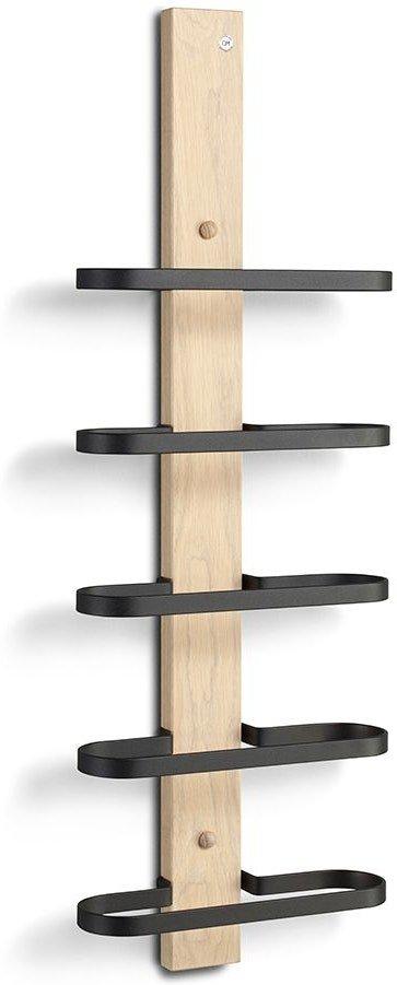 På billedet ser du variationen Mazzi, Vinreol til væggen, Sorte stålhylder fra brandet Oscarssons Möbel i en størrelse H: 72 cm. i farven Hvidolieret egetræ