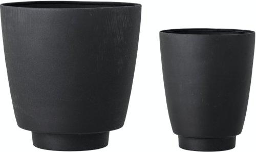 På billedet ser du variationen Ilion, Urtepotteskjuler, Sort, Metal (Sæt á 2 stk.) fra brandet Bloomingville i en størrelse D: 30,5 cm. H: 31 cm. i farven Sort