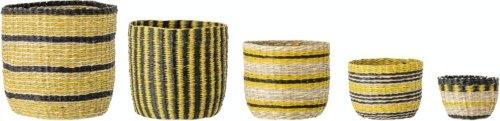 På billedet ser du variationen Julian, Kurv, Søgræs (Sæt á 5 stk.) fra brandet Bloomingville i en størrelse D: 24 cm. H: 25 cm. i farven Gul