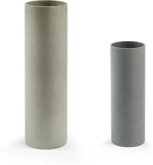 På billedet ser du variationen Marta, Udendørs cylinderformet potteskjulere fra brandet LaForma i en størrelse H: 45 cm. B: 13 cm. L: 13 cm. i farven Grå